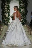 Model chodzi pas startowego przy Anne barki spadku 2014 Bridal inkasowym przedstawieniem Fotografia Royalty Free