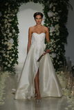 Model chodzi pas startowego przy Anne barki spadku 2014 Bridal inkasowym przedstawieniem Obrazy Royalty Free