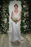 Model chodzi pas startowego przy Anne barki spadku 2014 Bridal inkasowym przedstawieniem Obraz Royalty Free