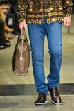 Model chodzi pas startowego przy ANTINOO Menswear spadku metamorfizaci 2017 kolekcją Obraz Royalty Free