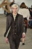Model chodzi pas startowego przy Billy Reid pokazem mody podczas Nowy Jork mody tygodnia mężczyzna spadku, zimy/2016 obrazy stock