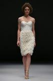 Model chodzi pas startowego przy bluszcza i asteru pokazem mody podczas spadku 2015 Bridal kolekci Zdjęcie Royalty Free