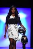 Model chodzi pas startowego przy Comme Tu Es pokazem mody Obrazy Stock
