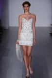 Model chodzi pas startowego przy Hayley Paige pokazem mody podczas spadku 2015 Bridal kolekci Obraz Royalty Free