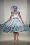 Model chodzi pas startowego przy Matthew Christopher pokazem mody podczas spadku 2015 Bridal kolekci Zdjęcie Royalty Free
