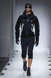 Model chodzi pas startowego przy Nautica mężczyzna spadku 2016 pokazem mody Fotografia Royalty Free