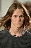 Model chodzi pas startowego przy Ovadia i syna pokazem mody Obrazy Stock
