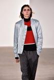 Model chodzi pas startowego przy Tim Coppens pokazem mody podczas Nowy Jork mody tygodnia mężczyzna spadku, zimy 2016/ Obrazy Royalty Free