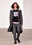 Model chodzi pas startowego przy Tim Coppens pokazem mody podczas Nowy Jork mody tygodnia mężczyzna spadku, zimy 2016/ Fotografia Stock