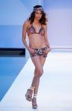 Model chodzi pas startowego w Agua Bendita projektantów pływania odzieży Fotografia Stock