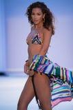 Model chodzi pas startowego w Agua Bendita projektantów pływania odzieży Obrazy Royalty Free