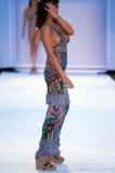 Model chodzi pas startowego w Agua Bendita projektantów pływania odzieży Fotografia Royalty Free