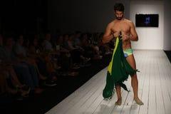Model chodzi pas startowego w projektanta pływania odzieży podczas CA-RIO-CA pokazu mody Obrazy Royalty Free