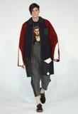 Model chodzi przy Drewnianego domu prezentacją Fotografia Royalty Free