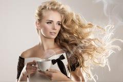 Model with coffee cup, mug in coffee shop. Fashion Woman, tea pa Royalty Free Stock Photos