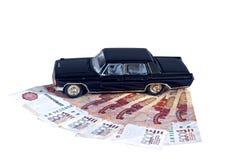 Model czarny samochód na Rosyjskich banknotach odizolowywających Fotografia Royalty Free
