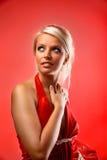 Model dat op lichte achtergrond in kleding wordt gesteld royalty-vrije stock afbeeldingen
