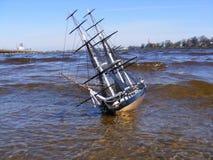 Model dat van varend schip in rivier zwemt Stock Afbeeldingen