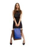 Model in de zwarte zakken van de kledingsholding Stock Fotografie