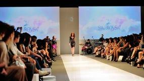 Model demonstratieontwerpen van Swarovski met het themakoninkrijk van Juwelen in Audi Fashion Festival 2012 Stock Foto