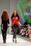 Model demonstratieontwerpen van Swarovski met het themakoninkrijk van Juwelen in Audi Fashion Festival 2012 Stock Fotografie