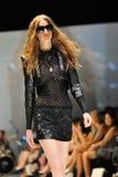 Model demonstratieontwerpen van Swarovski met het themakoninkrijk van Juwelen in Audi Fashion Festival 2012 Royalty-vrije Stock Fotografie
