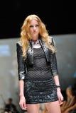 Model demonstratieontwerpen van Swarovski met het themakoninkrijk van Juwelen in Audi Fashion Festival 2012 Royalty-vrije Stock Afbeelding