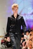 Model demonstratieontwerpen van Swarovski met het themakoninkrijk van Juwelen in Audi Fashion Festival 2012 Royalty-vrije Stock Foto's