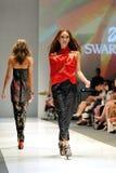 Model demonstratieontwerpen van Swarovski met het themakoninkrijk van Juwelen in Audi Fashion Festival 2012 Royalty-vrije Stock Afbeeldingen