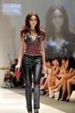 Model demonstratieontwerpen van Swarovski met het themakoninkrijk van Juwelen in Audi Fashion Festival 2012 Stock Foto's