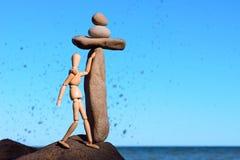 Model dichtbij de steen Stock Afbeeldingen