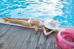 Model dichtbijgelegen zwembad in openlucht Royalty-vrije Stock Foto