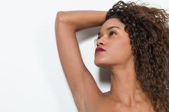 Model dichte omhooggaand op witte achtergrond in studio Stock Foto
