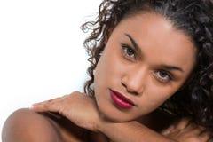 Model dichte omhooggaand op witte achtergrond in studio Royalty-vrije Stock Afbeelding
