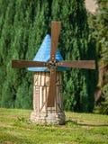 Model die van windmolen zich in een tuin bevinden stock afbeelding
