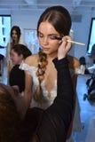 Model dostaje przygotowywający podczas Galia Lahav mody tygodnia Bridal wiosny, lata 2017 prezentaci/ Zdjęcia Royalty Free