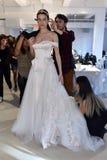 Model dostaje przygotowywający podczas Galia Lahav mody tygodnia Bridal wiosny, lata 2017 prezentaci/ Zdjęcia Stock