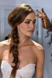 Model dostaje przygotowywający podczas Galia Lahav mody tygodnia Bridal wiosny, lata 2017 prezentaci/ Obraz Stock