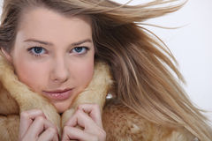 Model dragend een bontjas Stock Afbeeldingen