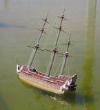 Model drewniany antykwarski żeglowanie statek na wated Fotografia Stock