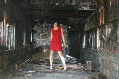 Model in een gebrande spoorauto stock afbeelding
