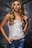 Model in een witte blouse en jeans royalty-vrije stock afbeelding