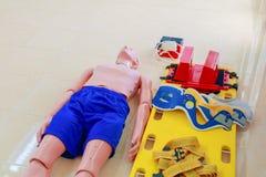 Model en brancard in verfrissing van de opleidings cpr de medische noodsituatie stock fotografie