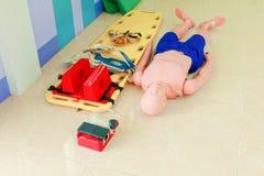 Model en brancard in verfrissing van de opleidings cpr de medische noodsituatie royalty-vrije stock afbeelding