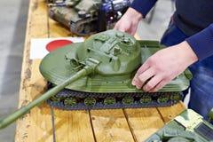 Model experimenteel de tankvoorwerp 279 van Soviet in handenontwerper royalty-vrije stock foto