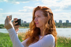 Model fotograferend met smartphone Royalty-vrije Stock Foto