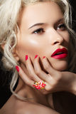 Model gezicht, lippensamenstelling, manicure & juwelenring Stock Foto