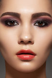 Model gezicht met glanzende schone huid, maniersamenstelling Stock Foto