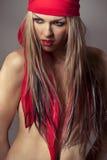 Model het dragen rode bandana stock afbeelding