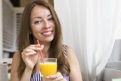 Model het genieten van smakelijk jus d'orange royalty-vrije stock afbeeldingen